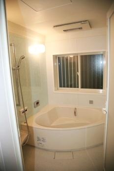気泡浴のできる広々「タマゴ型浴槽」