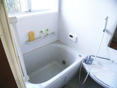 手摺も設置し安心して入浴できる浴室