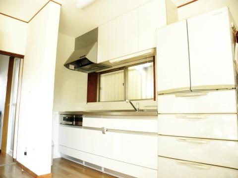間仕切り戸を外しすっきりと生まれ変わったキッチン