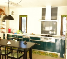 グリーンの扉が映えるキッチン