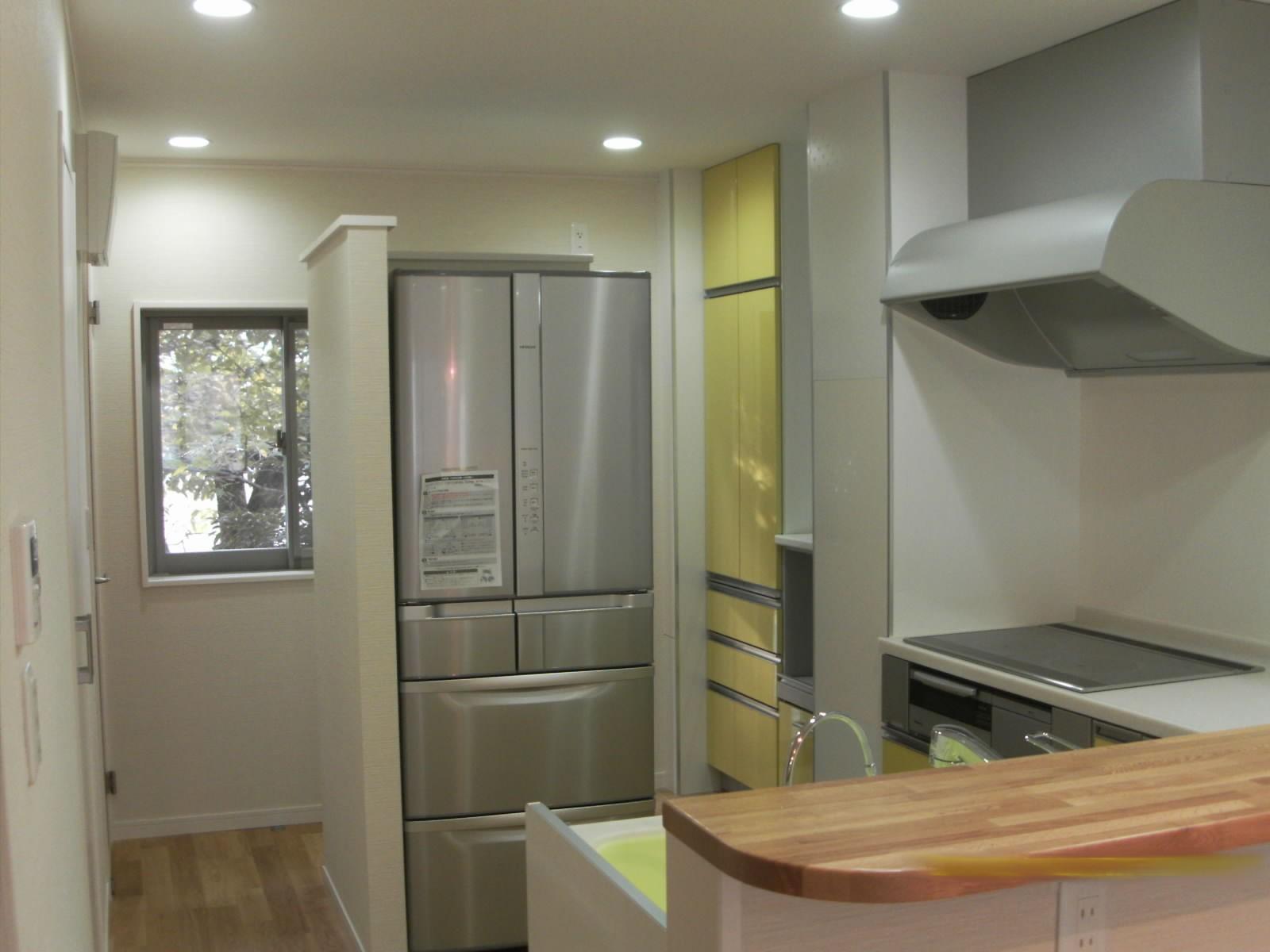 黄色の扉で気分も明るくなるようなキッチン