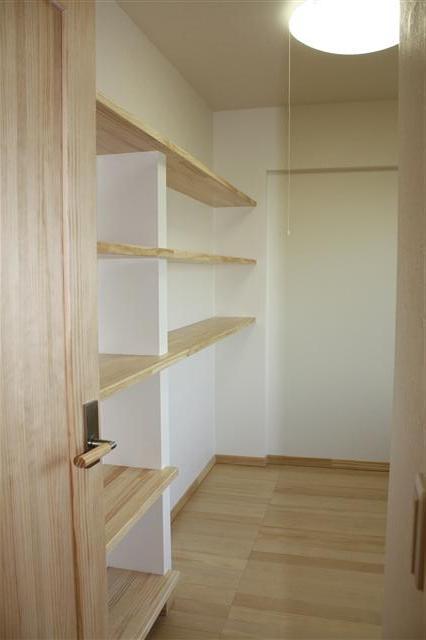 ご主人様のお部屋には造り付けの本棚を