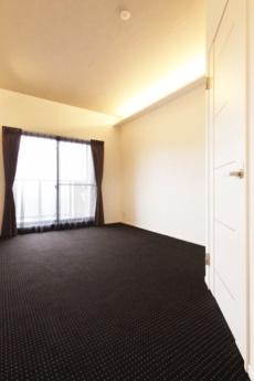 間接照明でホテルのような雰囲気の寝室