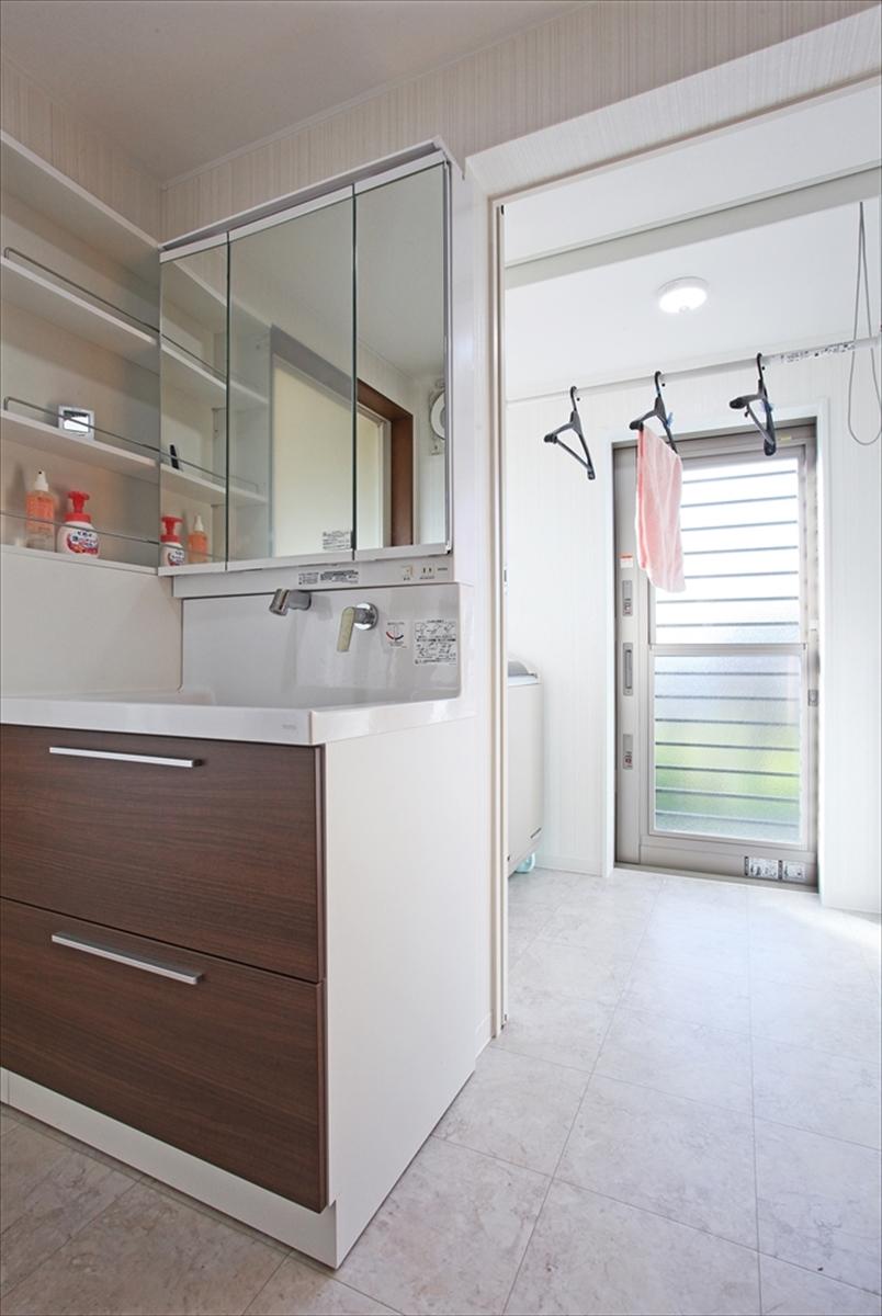 広くて明るいサニターリースペースは室内干しにも便利