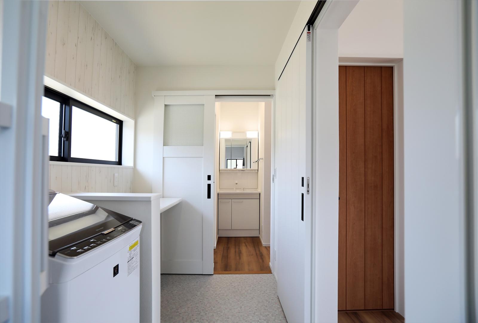 風呂・脱衣所・洗面所・トイレと水まわりを集約。脱衣所には洗濯機と便利なランドリースペース。
