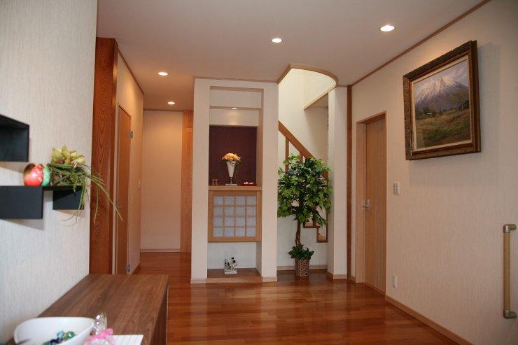 階段上部にあるトップライトより玄関ホールにやさしい光が差し込みます