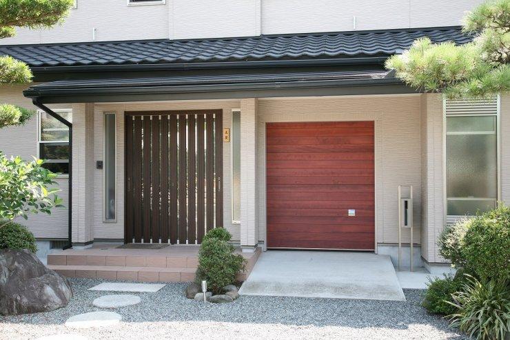 玄関とつながっているガレージは家族用の玄関でもあります