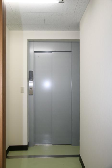居住空間との移動を楽にするエレベーターを設置しました